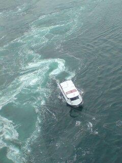 渦にまかれる船