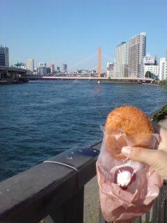 隅田川沿いでパンを喰らう
